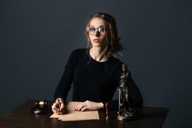 Anwalt geschäftsfrauen arbeiten und notar unterschreibt die dokumente im büro. berater anwalt, justiz und recht, anwalt, richter, konzept