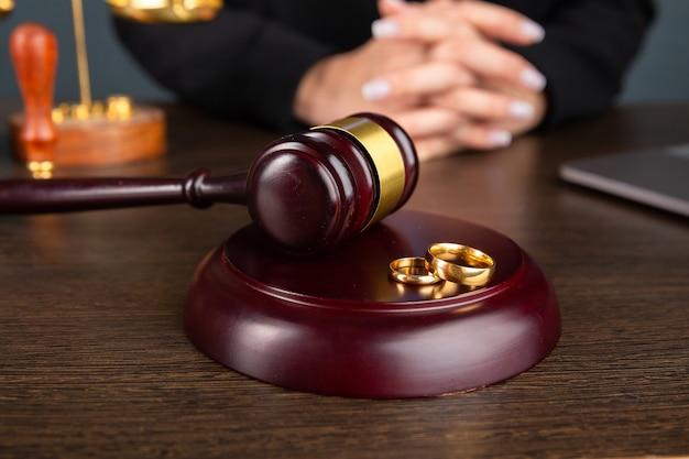 Anwalt geschäftsfrauen arbeiten und notar unterschreibt die dokumente im büro