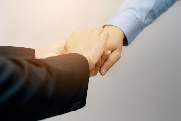 Anwalt-hand-touch-client ermutigen die volle leistung, um den kunden zu unterstützen