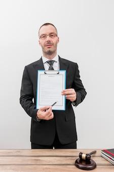 Anwalt mit dokumenten