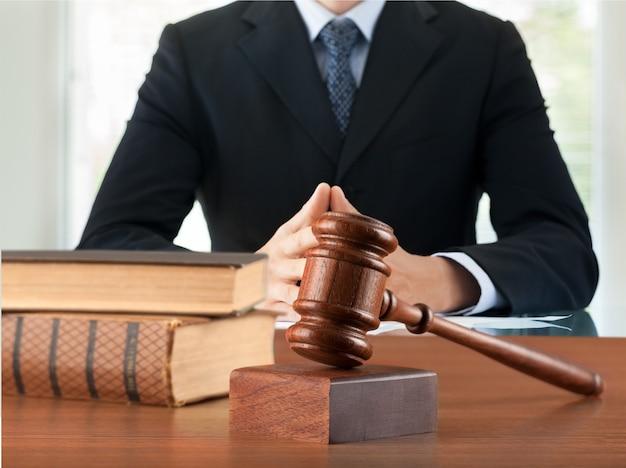 Anwalt mit hammerrichter und büchern hautnah