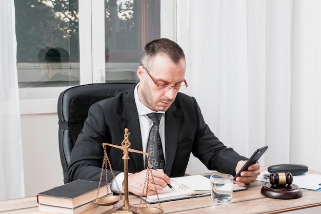 Anwalt mit smartphone