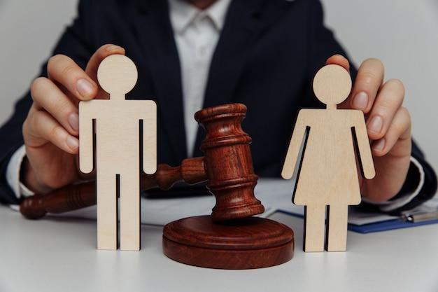Anwalt oder berater hält familienfiguren.