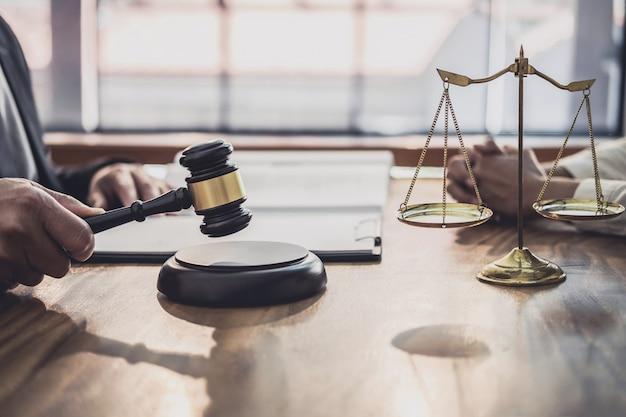 Anwalt oder richter konsultieren mit teambesprechung mit geschäftsfrau client