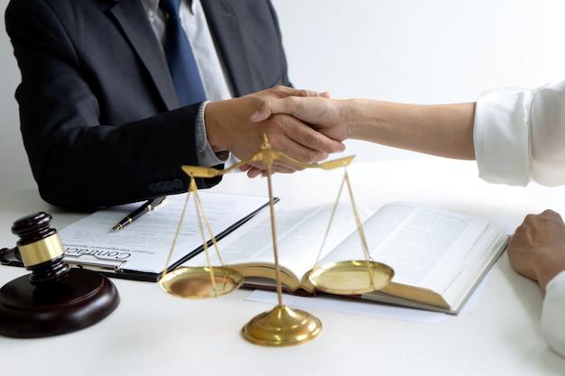 Anwalt oder richter mit hammer und balance-händedruck