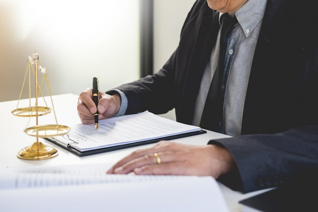 Anwalt richter lesung schreibt das dokument vor gericht an seinem schreibtisch