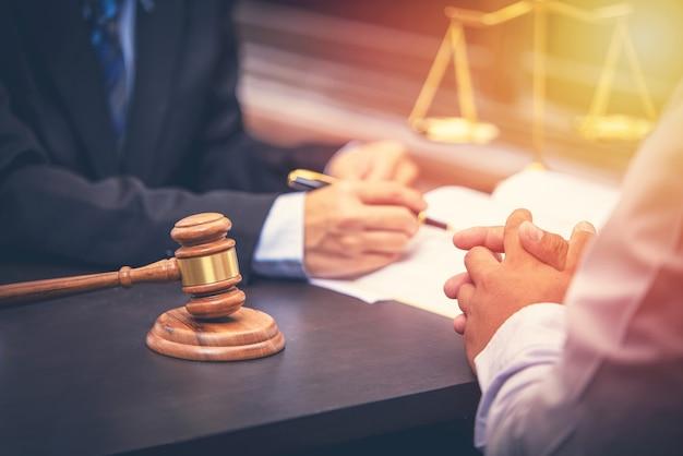 Anwalt spricht und entscheidung rechtsberater präsentiert dem kunden einen unterzeichneten vertrag mit richter hammer