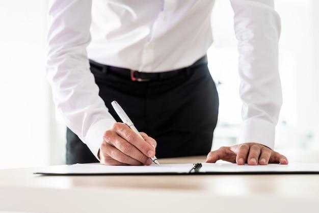 Anwalt unterschreibt ein wichtiges dokument