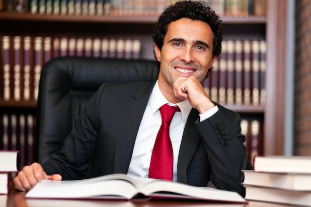 Anwaltsporträt in seinem atelier