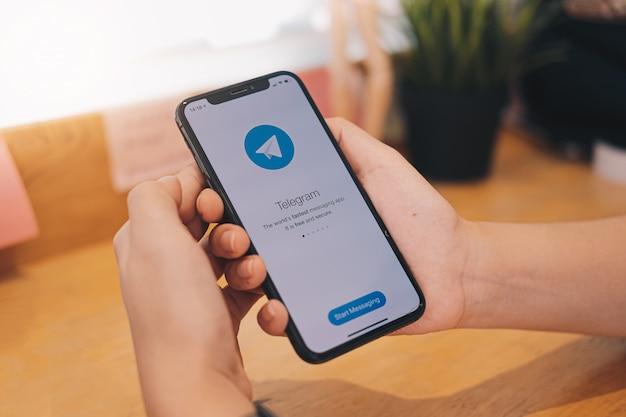 Anwendung auf einem telefon in einer hand