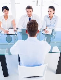 Anwerber, die den kandidaten während des vorstellungsgesprächs überprüfen