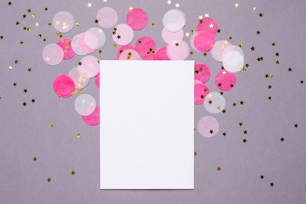 Anwesende karte und rosa konfettis mit goldsternen auf grau