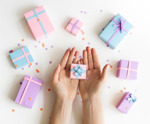 Anwesendes geschenk, das handfeier hält