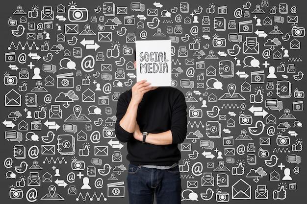 Anwesendes social media-kommunikationskonzept des jungen geschäftsmannes