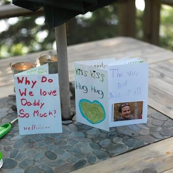 Anzeige von hausgemachten grußkarten am lake of the woods, ontario