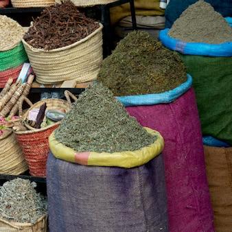 Anzeige von verschiedenen gewürzen im gewürzmarkt, medina, marrakesch, marokko