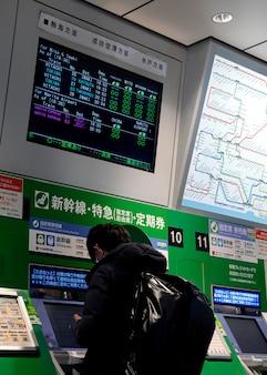 Anzeigebildschirm für fahrgastinformationen des japanischen u-bahn-systems