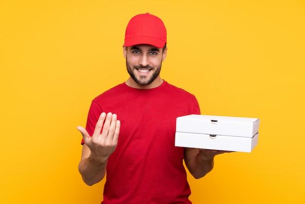 Anziehende pizzakästen des mannes über lokalisierter wand