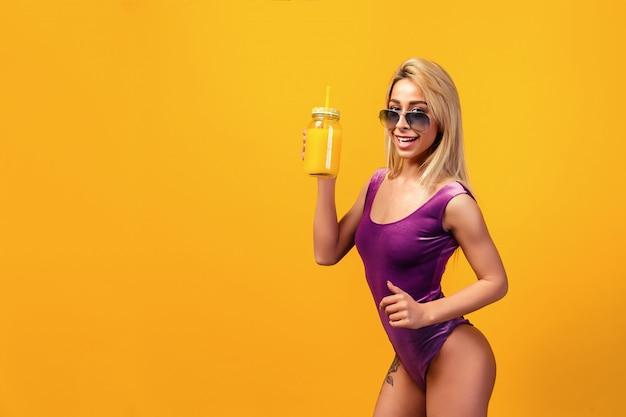 Anziehendes tätowiertes modell mit erfrischungsgetränk
