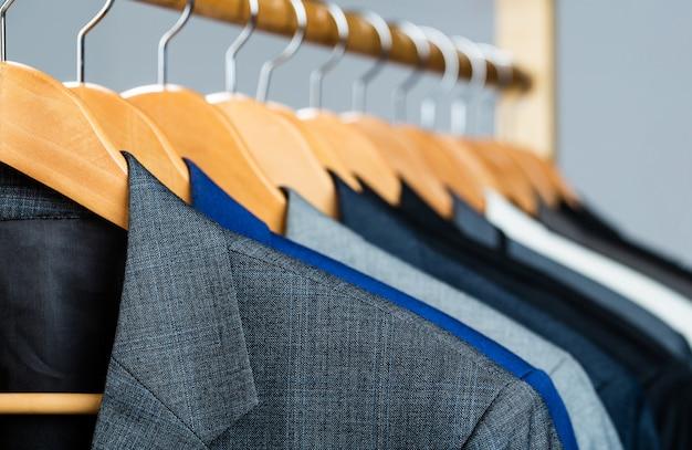 Anzüge für männer hängen am gestell.
