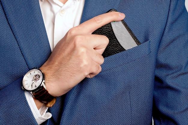 Anzug und tasche im geschäftsmannstil