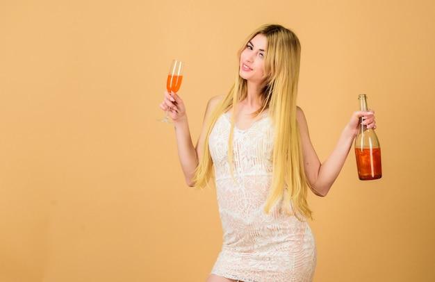 Aperitif-konzept. luxus-alkohol. bar-restaurant. club und alkoholparty für erwachsene. mädchen, das perlenglitter-champagner trinkt. frau hält glasalkoholgetränk. attraktive dame genießt pfirsich-orangen-likör.