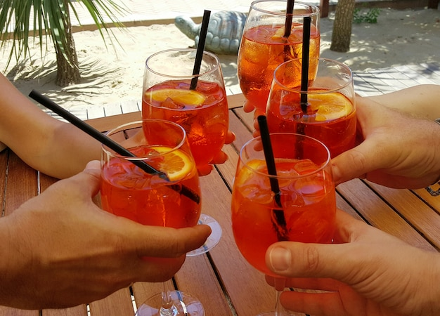 Aperitifs mit leckerem cocktail am strand