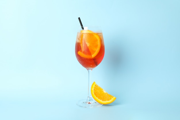 Aperol spritz cocktail auf blauem hintergrund