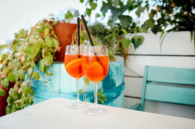Aperol spritz cocktail auf dem esstisch
