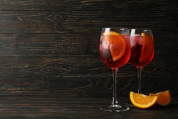 Aperol spritz cocktail auf einem hölzernen hintergrund
