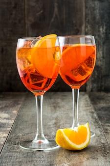 Aperol spritz cocktail im glas auf holztisch