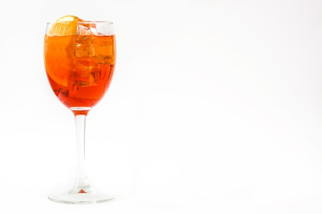 Aperol-spritz-cocktail im isolierten glaskopieraum