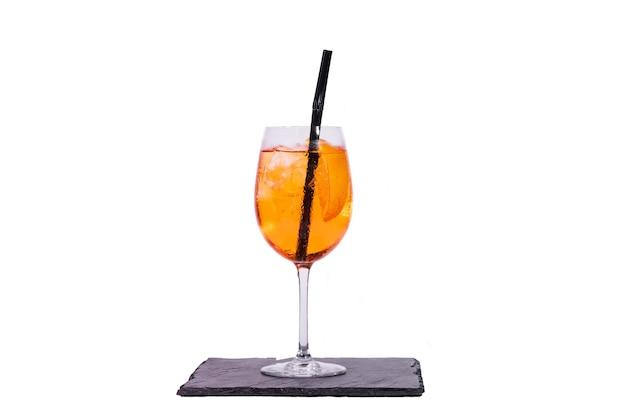 Aperol spritz-cocktail isoliert auf weißem hintergrund
