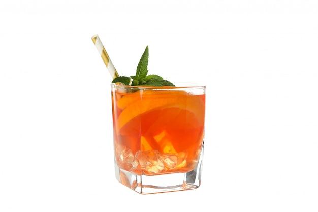 Aperol-spritz-cocktail lokalisiert auf weißem hintergrund