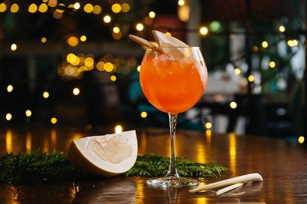 Aperol spritz cocktail mit pampelmuse auf dem tisch im restaurant