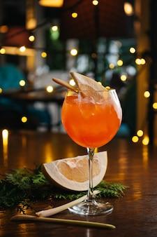 Aperol spritz cocktail mit pampelmuse auf dem tisch Premium Fotos