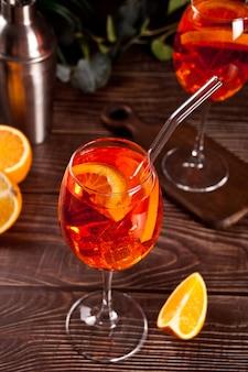 Aperol spritz italienisches alkoholisches cocktailgetränk mit eiswürfeln und orangen.