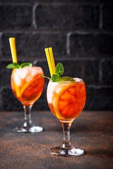 Aperol spritz, italienisches cocktail mit orange