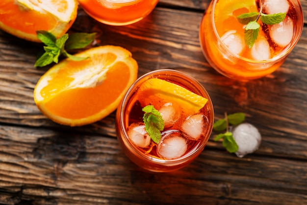 Aperol spritz mit orange
