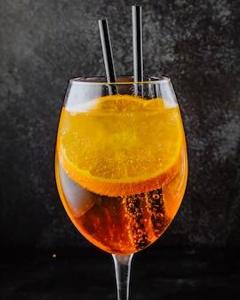 Aperol spritz prosecco aperol und geschnittene orange seitenansicht Kostenlose Fotos
