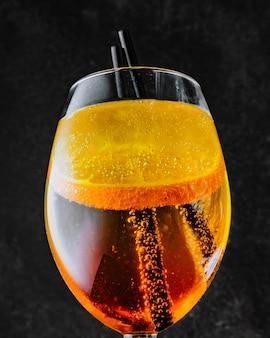 Aperol spritz prosecco aperol und geschnittene orange seitenansicht