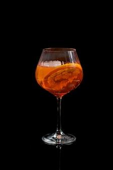 Aperol spritz wein cocktail prosecco auf schwarzem hintergrund.