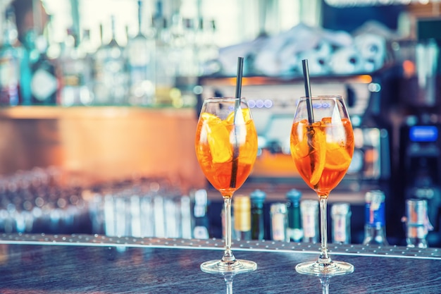 Aperol spritzgetränk an der theke in einem pub oder restaurant.