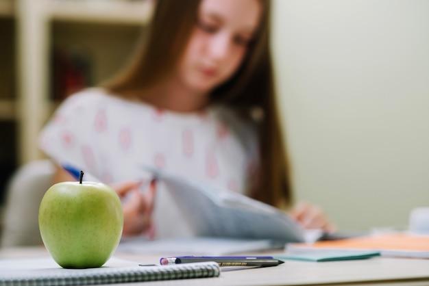 Apfel auf schreibtisch des studenten