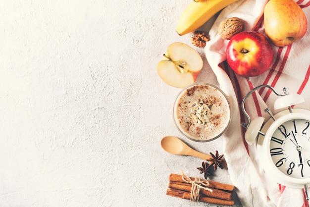 Apfel-bananen-haferflocken-smoothie rohes gesundes frühstück über weißem hintergrund
