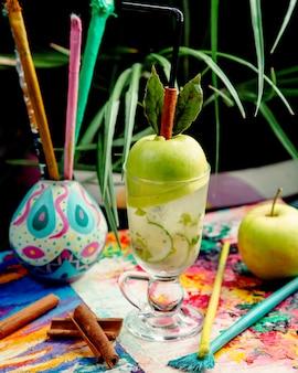 Apfel frisch auf dem tisch