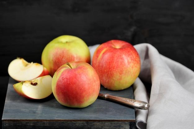 Apfel ganz und in scheiben schneiden