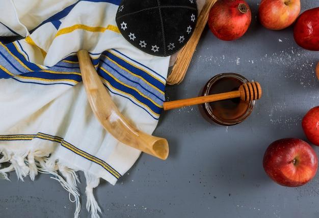Apfel, granatapfel und honig des jüdischen neujahrs-rosch haschana-thora-buches, kippah yamolka-talit