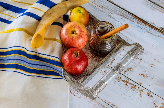 Apfel, granatapfel und honig des jüdischen neujahrs-rosch haschana-thora-buches