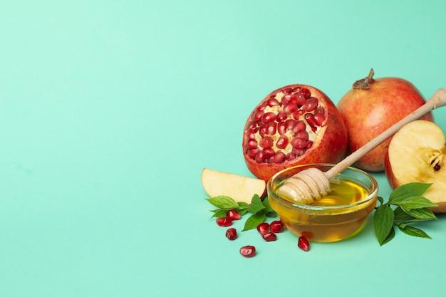 Apfel, honig und granatapfel auf minze. behandlung zu hause